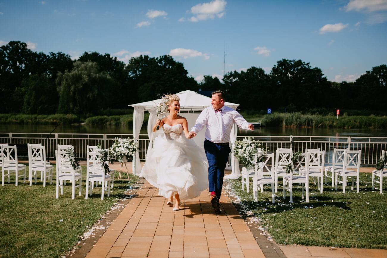 biegnąca para młoda ze ślubu