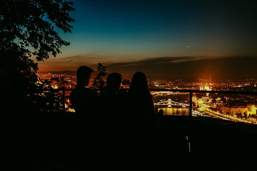 ludzie na tle miasta nocą