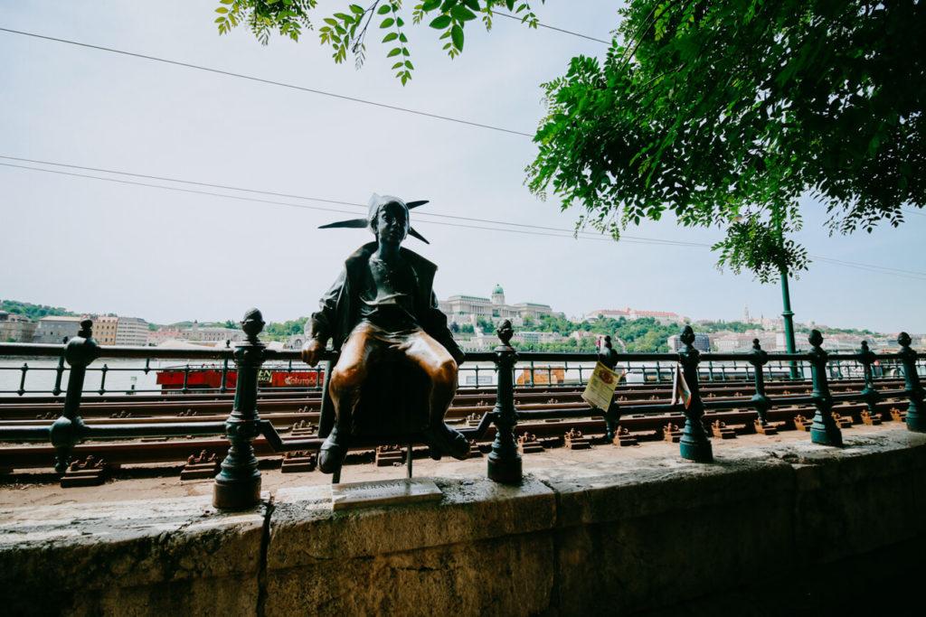 pomnik na tle miasta