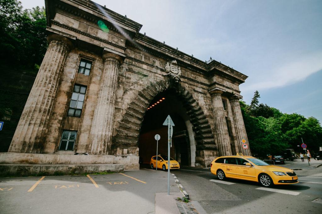 żółte taksówki wyjeżdżające z tunelu