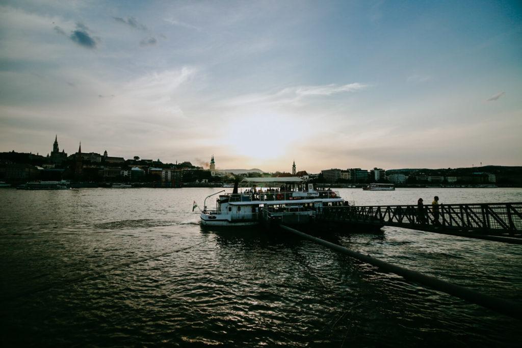 statek na wodzie o zachodzie słońca