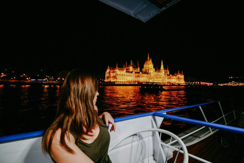 dziewczyna na tle Parlamentu w Budapeszcie
