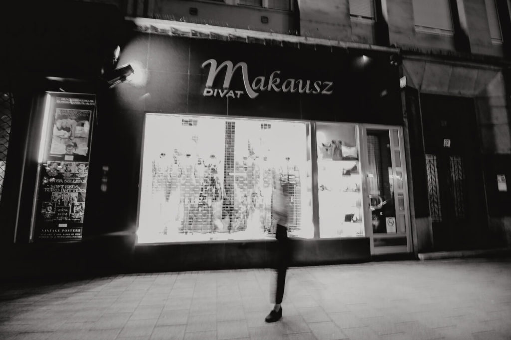fotografia nocna witryna sklepu