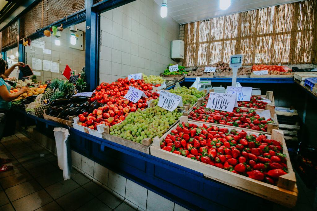 owoce na stoisku w hali targowej w budapeszcie