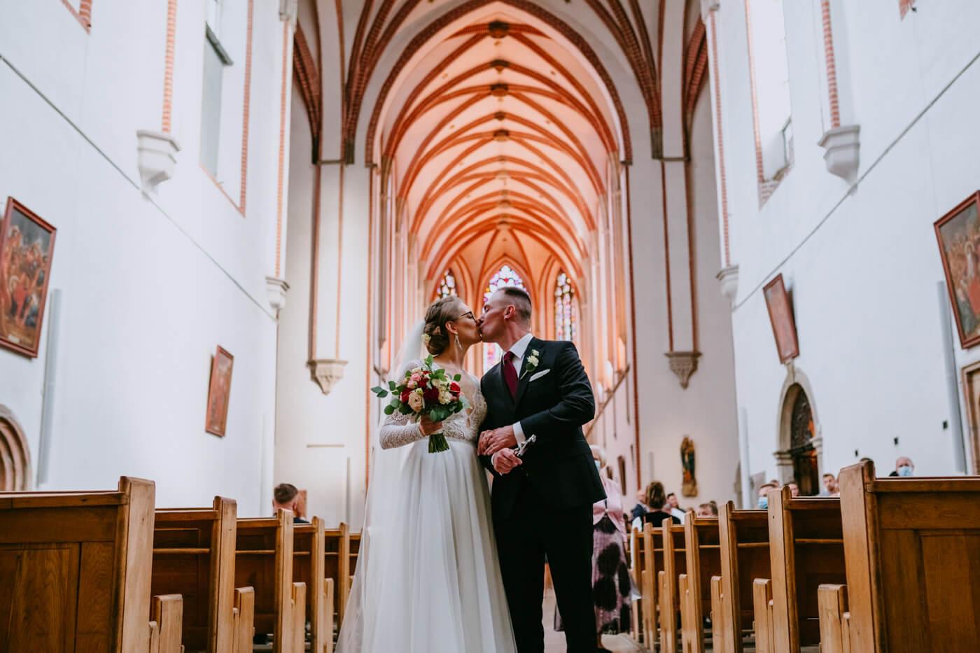 pocałunek podczas wyjścia z kościoła