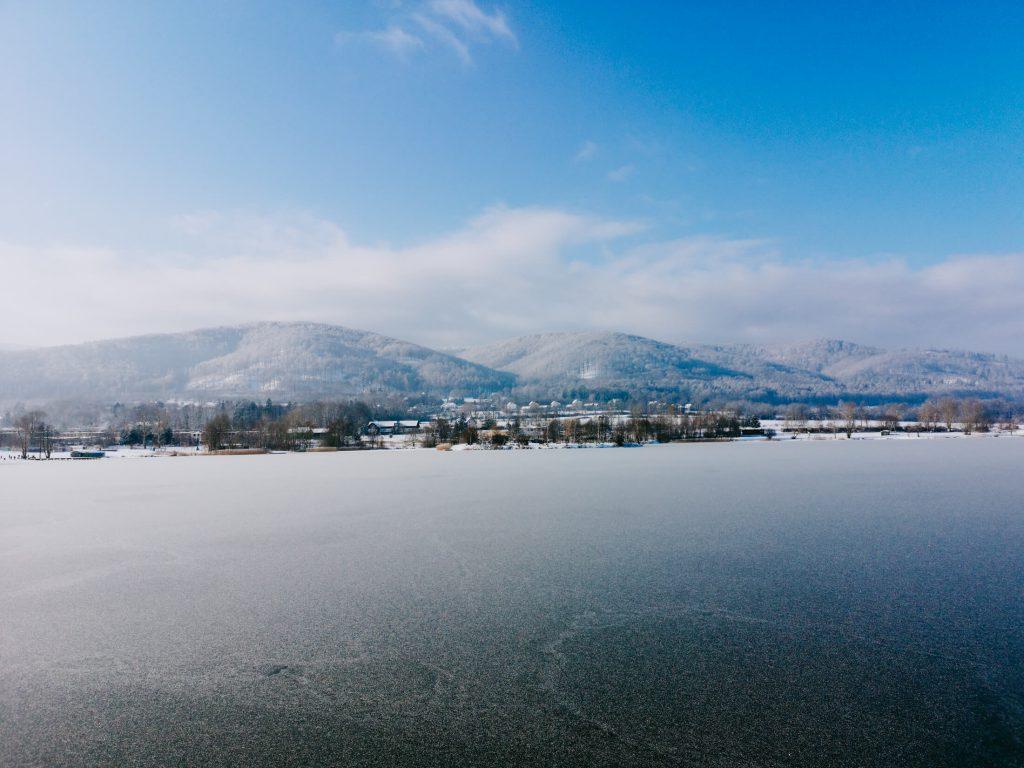 zamarznięte jezioro z widokiem na góry