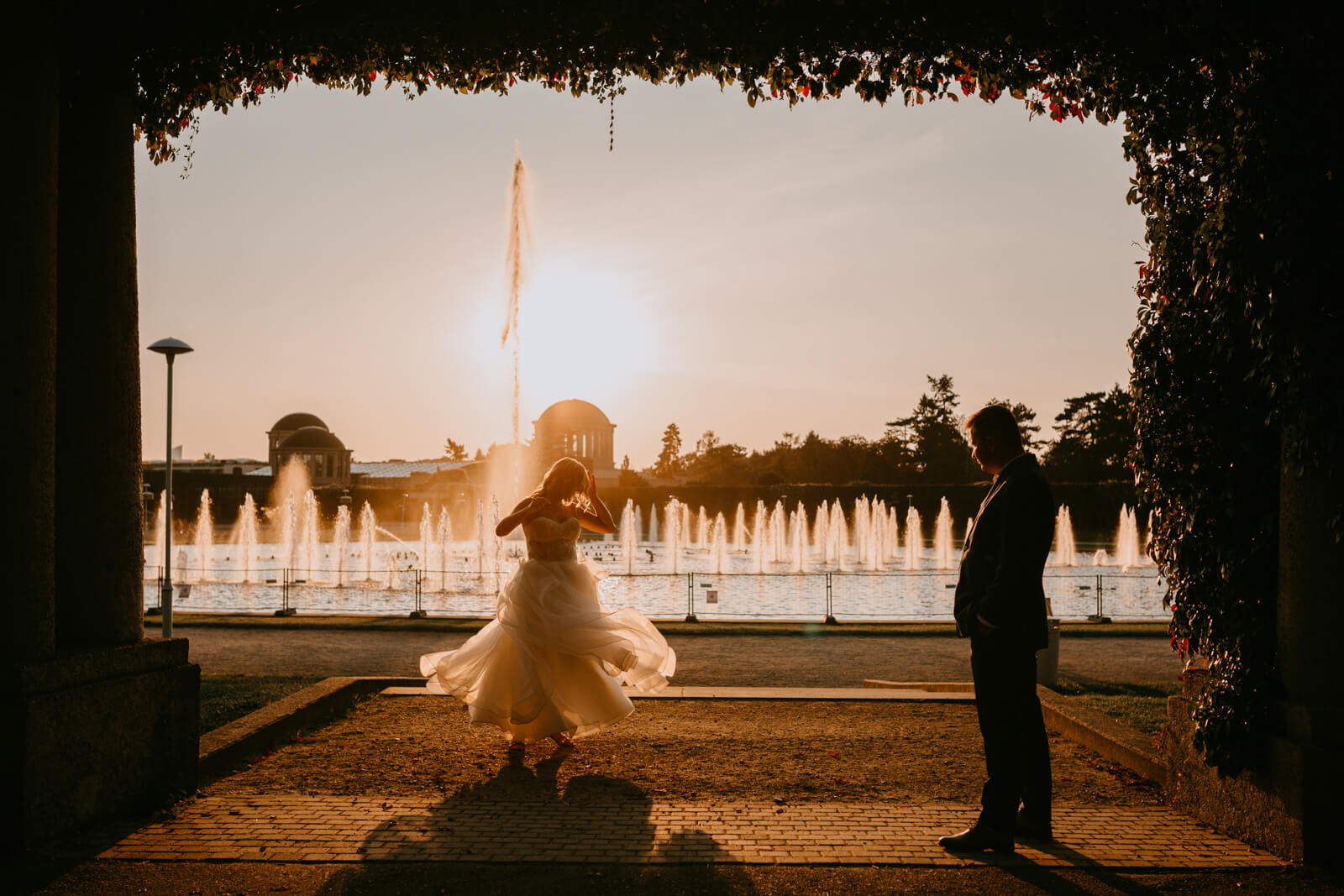 Tańcząca Panna Młoda o zachodzie słońca na Hali Stulecia weWrocławiu