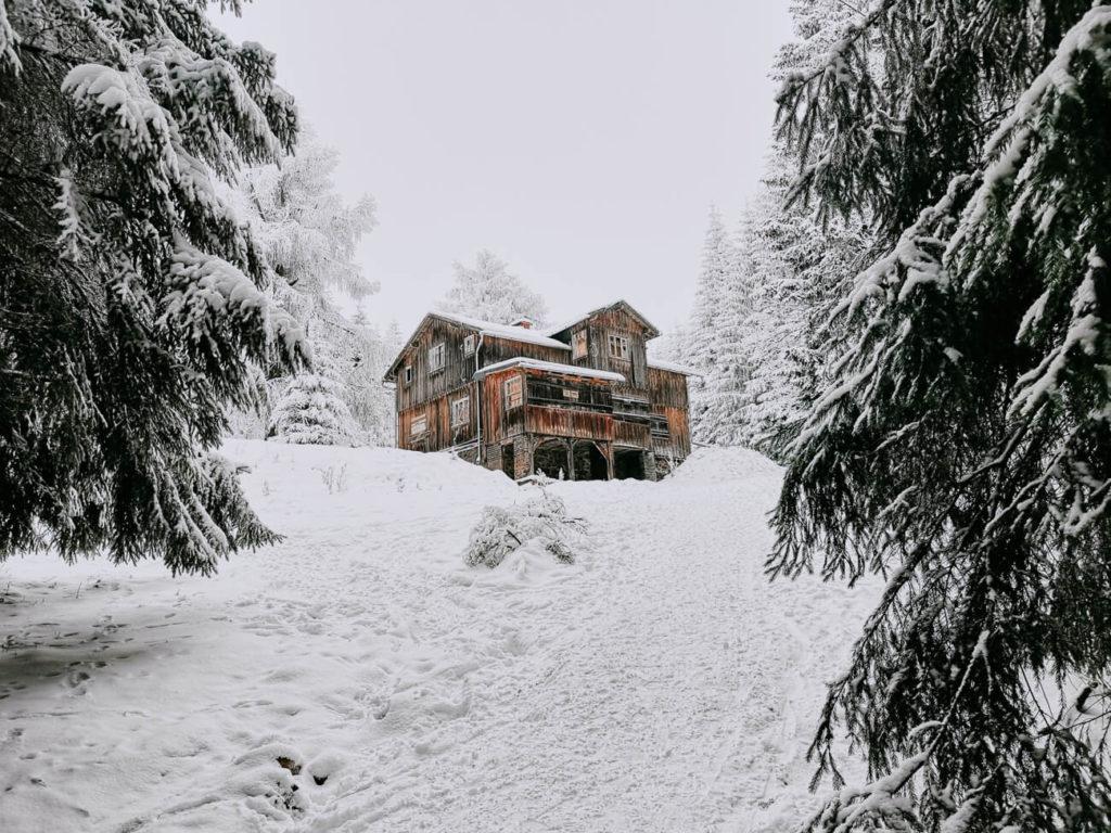 domek w górach zimą
