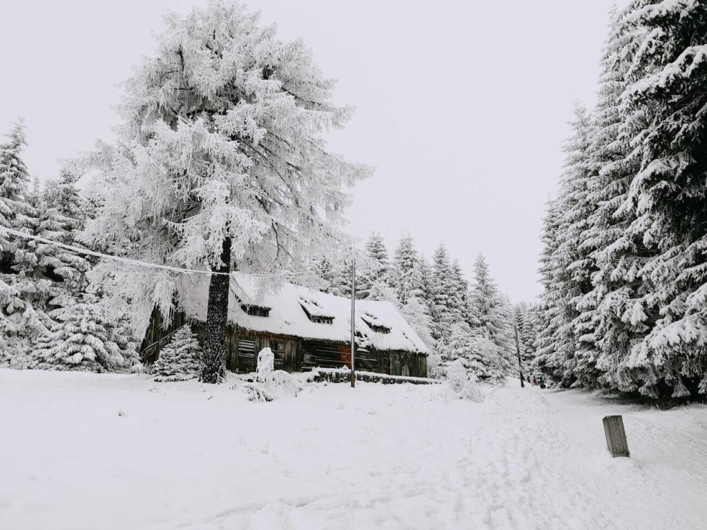 chatka w górach zimą