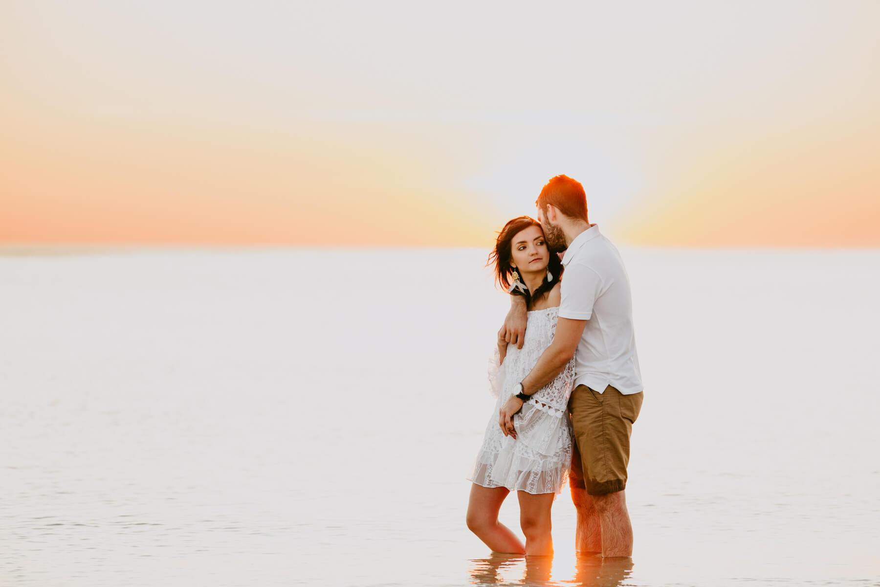 chłopak obejmujący dziewczynę na plaży