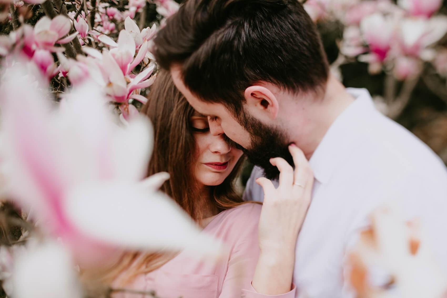 przytulająca się para w kwiatach w ogrodzie japońskim